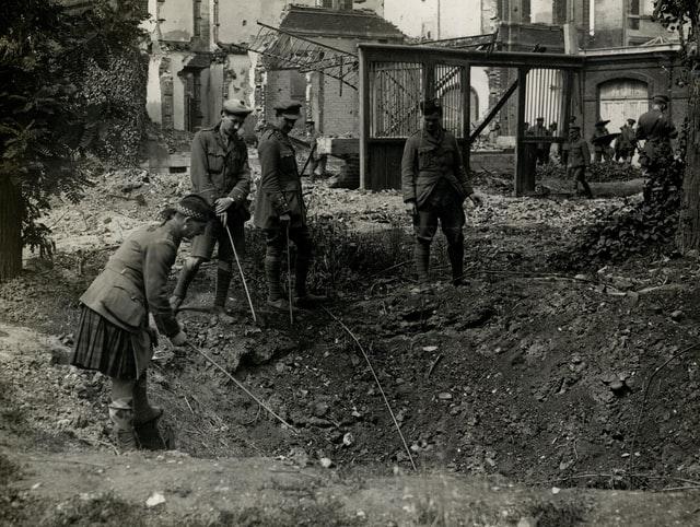 Sotilaita tutkimassa kuoppaa