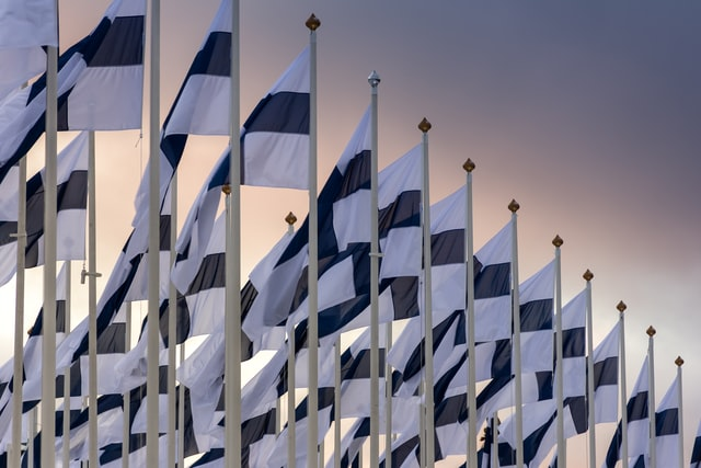 Suomen lippuja.